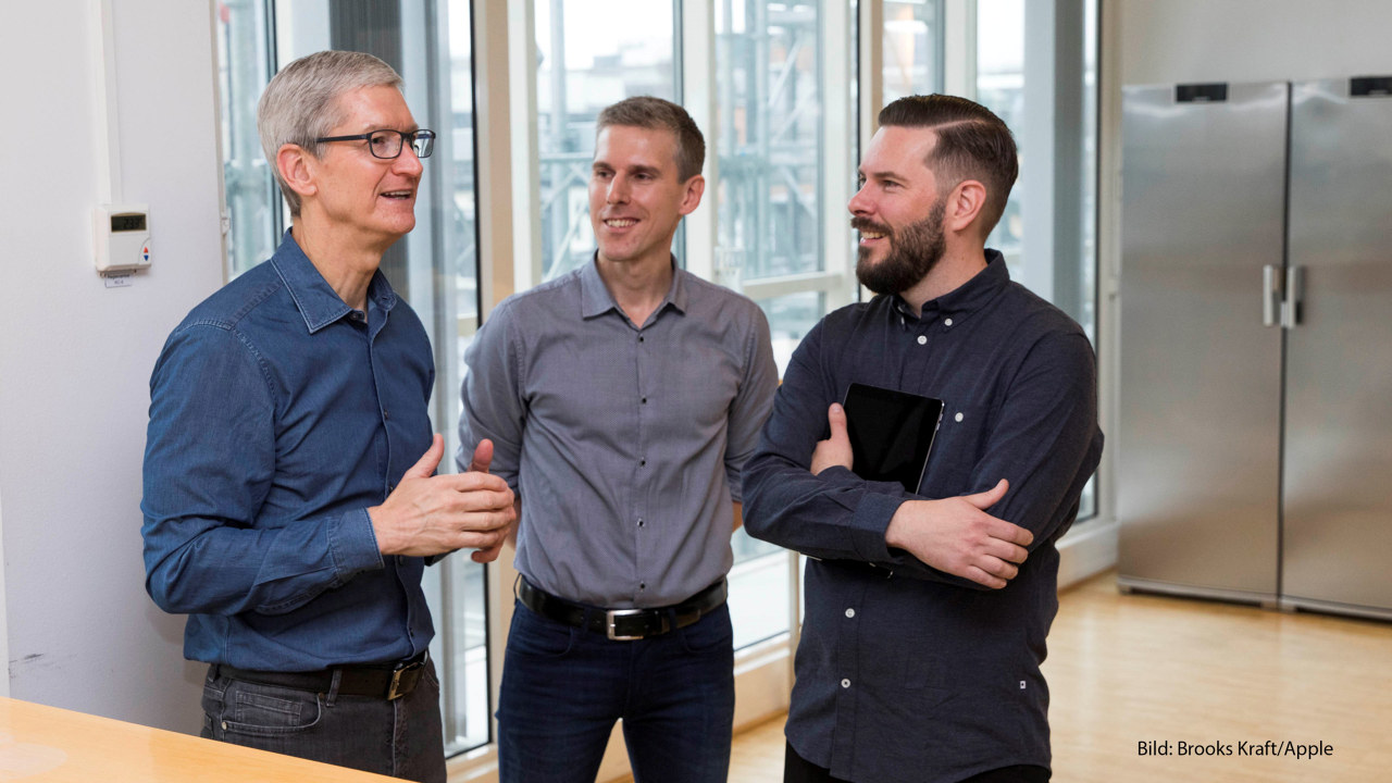 Tim Cook, CEO of Apple, Johan Thor, Head of Södra's innovation department, Marthin Freij, Innovation Manager at Södra. Photographer: Brooks Kraft/Apple