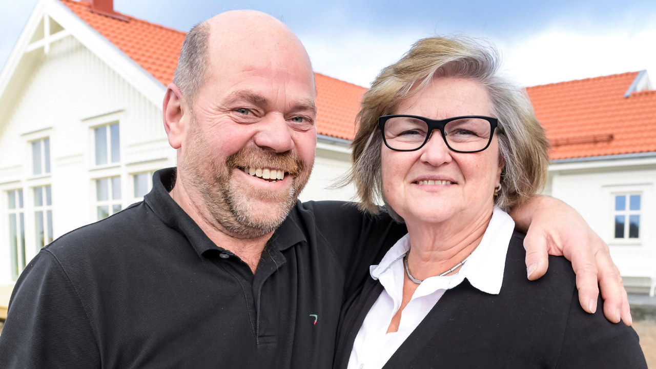 Per och Sagalind framför det nybyggda Trivselhuset.