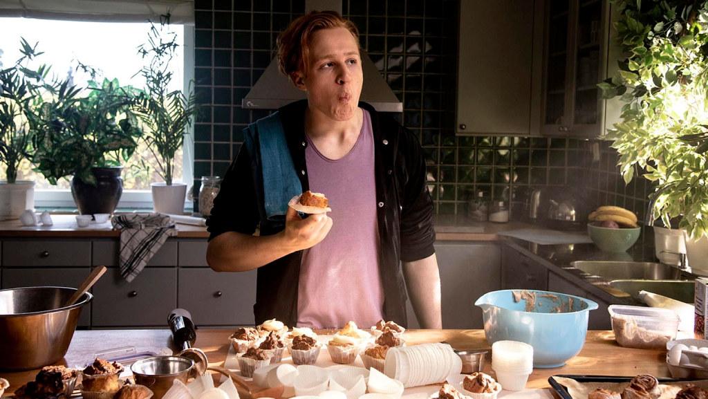 En man som använder pappersformar i muffinsbak