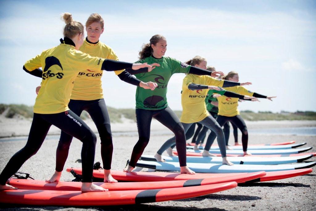 Tjejer testar att surfa under Södras surfcamp i Värö.